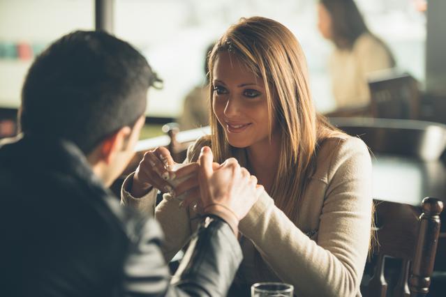 Βγαίνετε ραντεβού αλλά δεν κάνει κίνηση; Μήπως είναι Demisexual;