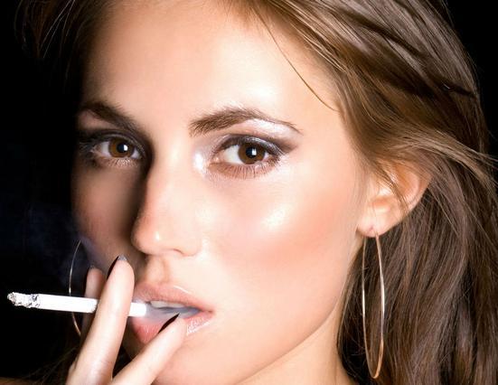 6 τρόποι με τους οποίους το τσιγάρο καταστρέφει την ομορφιά σου