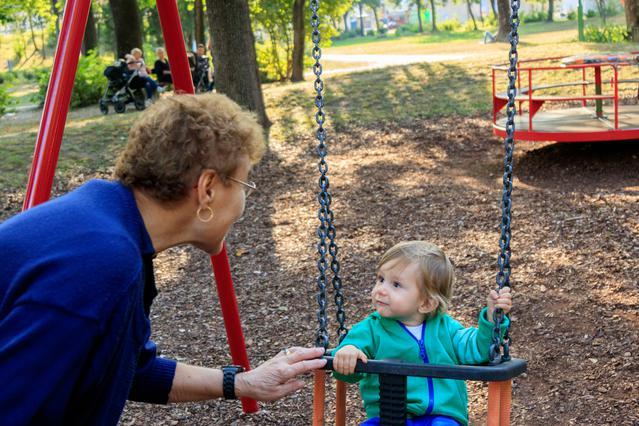 Τι μπορεί να συμβεί αν η γιαγιά είναι κοντή! Ξεκαρδιστικό βίντεο