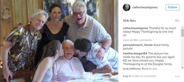 Κάθριν Ζέτα Τζόουνς: Thanksgiving με την οικογένεια -και τον 100χρονο θρύλο πεθερό [photo]