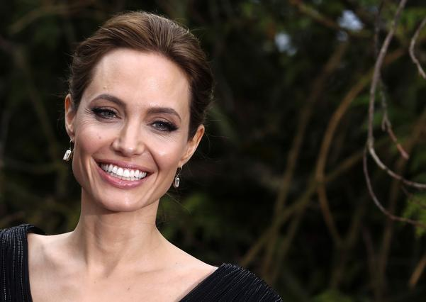 Τελείως αγνώριστη με ξανθό, φουντωτό μαλλί η Angelina Jolie