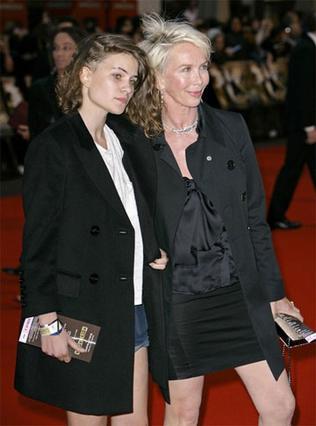 Με την μητέρα της στην πρεμιέρα της ταινίας Rocknrolla, στο Λονδίνο.
