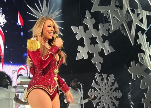 «Κόλαση» η Μαράια Κάρεϊ με σέξι εσώρουχα κάτω από το χριστουγεννιάτικο δέντρο [photo]