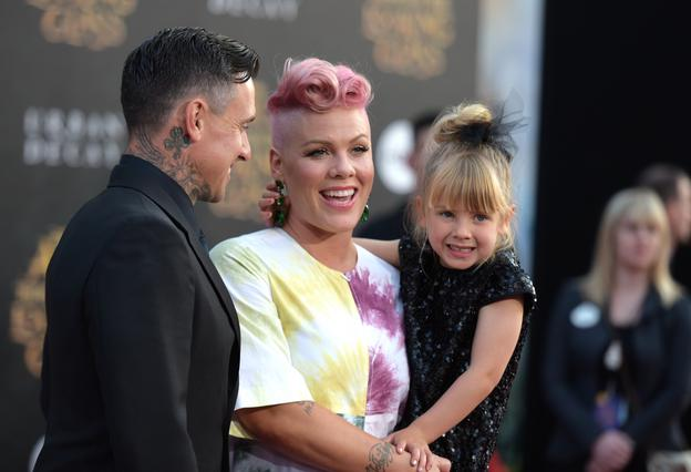 Μανούλα για δεύτερη φορά η Pink: Οι τρυφερές αγκαλιές με το νεογέννητο [photo]