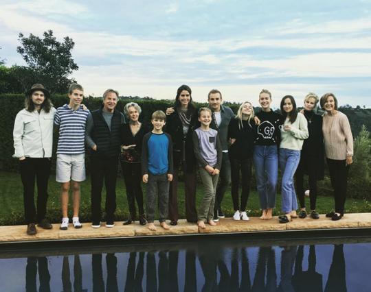Μέλανι Γκρίφιθ: Χριστούγεννα με τον πρώην, Ντον Τζόνσον, τις άλλες πρώην και όλα τα παιδιά τους [photos]