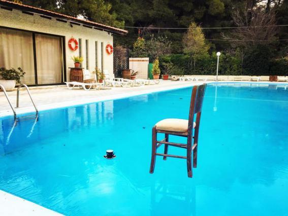 Πάγωσε η πισίνα του Κώστα Κρομμύδα και την πόσταρε [photo]