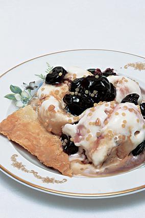 Σφολιατίνες με παγωτό και βύσσινο