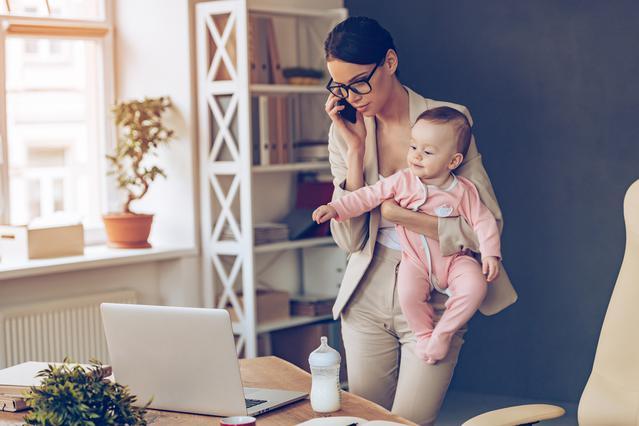 Γιατί κρατάς το μωρό στην αριστερή πλευρά; Υπάρχει εξήγηση!