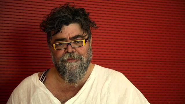 O Σταμάτης Κραουνάκης ξυρίζεται πρώτη φορά ύστερα από 40 χρόνια On Camera [vds]