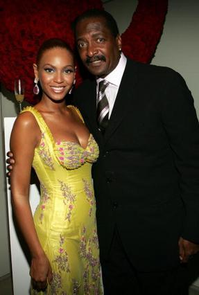 Η Μπιγιονσέ με τον πατέρα της Μάθιου Νόλες, το 2005.