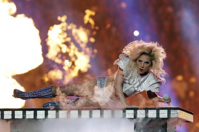 Η Lady Gaga τραγουδά στον τελικό του Super Bowl και μαγεύει [photos]