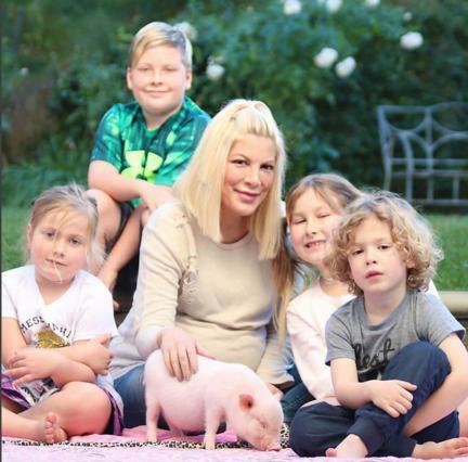 Γέννησε το πέμπτο η Τόρι Σπέλινγκ -Η πρώτη φωτογραφία του μωρού [photo]