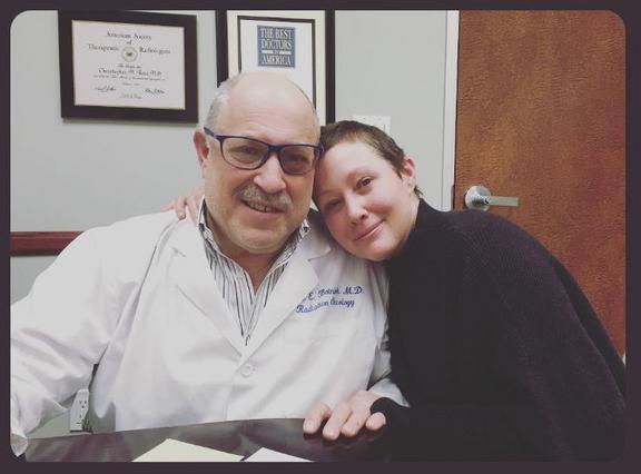 Σάνεν Ντόχερτι: Μεγαλώνουν τα μαλλιά της μετά το τέλος της χημειοθεραπείας [photos]