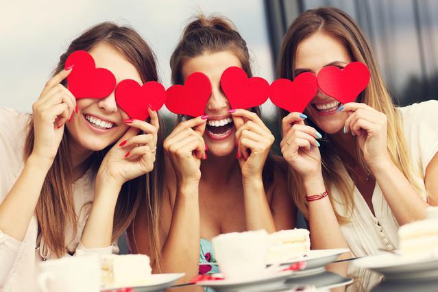 Γιόρτασε με φίλες τον Άγιο Βαλεντίνο: 7 ιδέες για να περάσεις σούπερ!