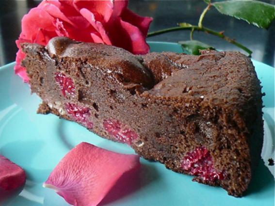 Σοκολατένια τούρτα με κόκκινα βατόμουρα και ρούμι αλά Pandespani