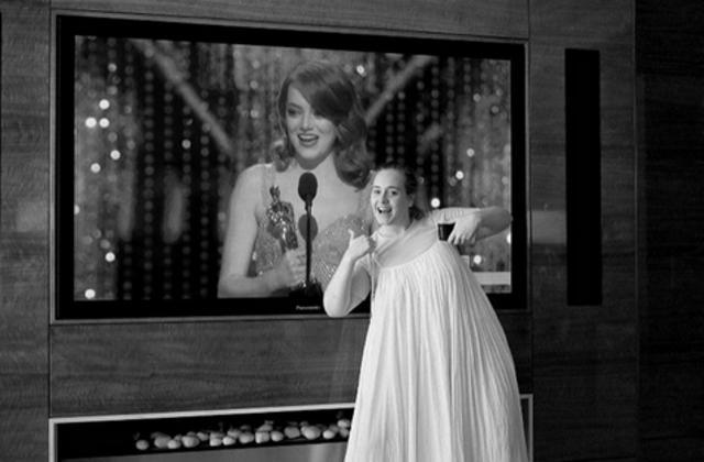 Η Αντέλ πανηγυρίζει το Όσκαρ της Έμα Στόουν με το... νυχτικό [photo]
