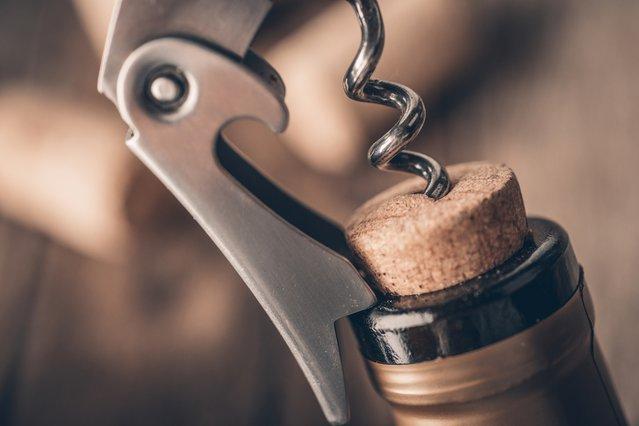 Πόσο διατηρείται το κρασί μετά το άνοιγμα; Tips για να κρατήσει περισσότερο