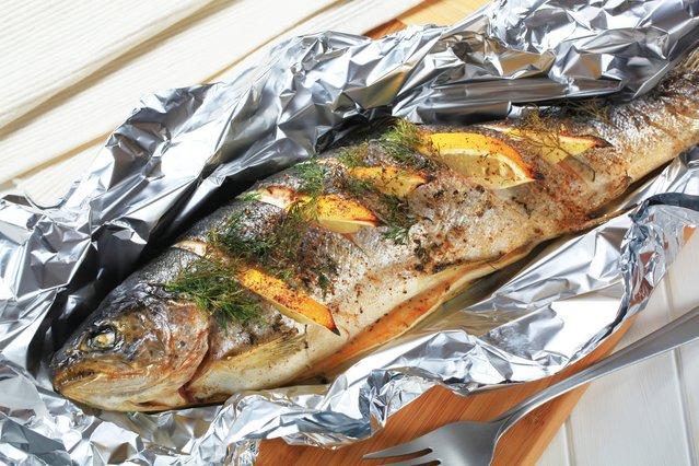 Το μυστικό για να μην κολλάει το ψητό ψάρι στο αλουμινόχαρτο