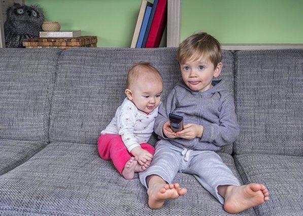 Το παιδί δεν ξεκολλά από την τηλεόραση; Υπάρχει κίνδυνος για τα μάτια του;