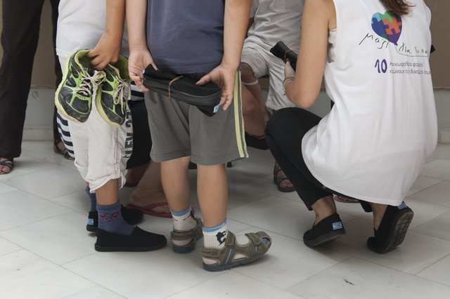 Το Μαζί για το Παιδί μοιράζει καινούρια παπούτσια σε άπορα παιδιά