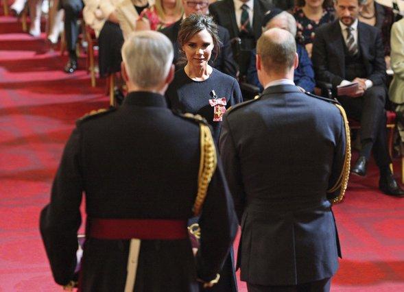 Βικτόρια Μπέκαμ: Τιμήθηκε στο Μπάκινχαμ από τον πρίγκιπα Γουίλιαμ [photos]