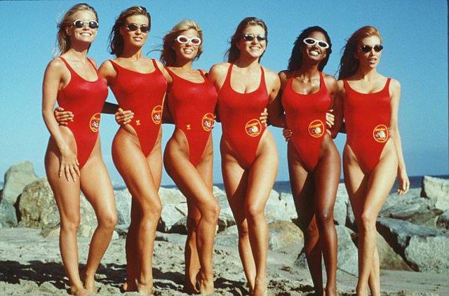 Baywatch: Μίνι ριγιούνιον για τις «θεές» με τα κόκκινα μαγιό, 30 χρόνια  μετά [photos]