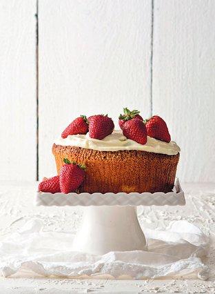 Κέικ γιαουρτιού με γλάσο τυριού και φρέσκιες φράουλες