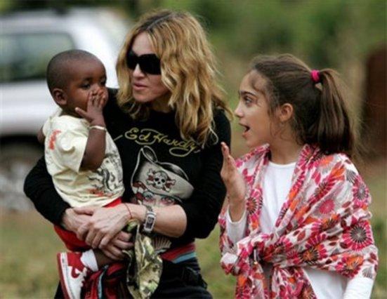 Η Μαντόνα ετοιμάζει βαλίτσες για την Αφρική για να παραλάβει το κοριτσάκι που ονειρεύεται να υιοθετήσει εδώ και καιρό.