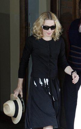 Σε αποικιακό στυλ εμφανίστηκε ντυμένη στο δικαστήριο η Μαντόνα.