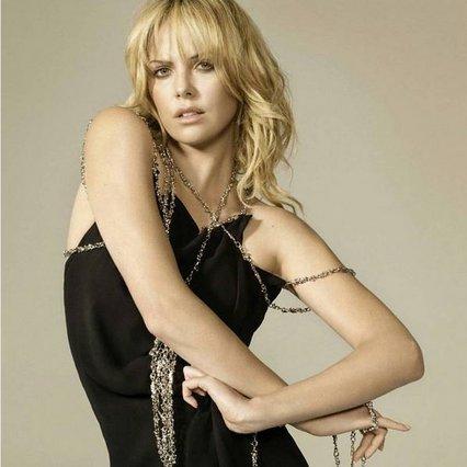 Σαρλίζ Θερόν: Μάγεψε στις Κάννες φορώντας Prada -Δες την εμφάνισή της [photos]
