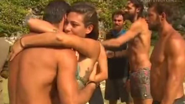 Survivor: Η Ευρυδίκη, ο Βασάλος, το «ζουμερό» φιλί και η τρυφερή αγκαλιά [vds]