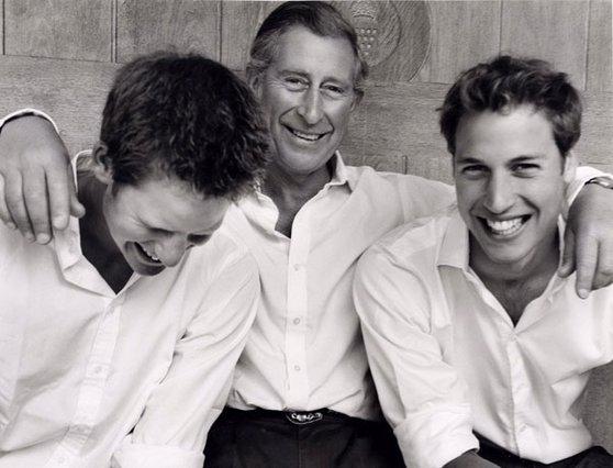 <p>Τα royal αδέλφια και ο πατέρας τους, πρίγκιπας Κάρολος φωτογραφημένοι από τον Mario Testino το 2004</p>