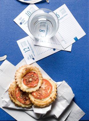 Σφολιατάκια με ντομάτα, τυρί cottage και βασιλικό