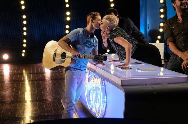 Katy Perry: Φίλησε συμμετέχοντα στο American Idol στο στόμα!