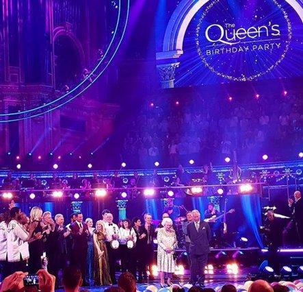 Η βασίλισσα Ελισσάβετ έγινε 92: Η συναυλία, η Μέγκαν και o... τρυφερός Κάρολος (βίντεο)
