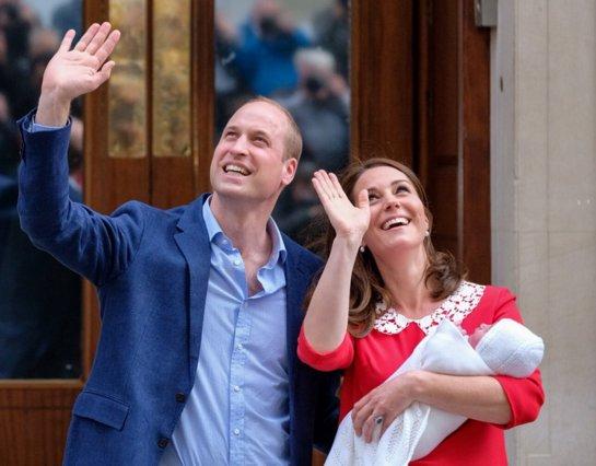 Κέιτ, Γουίλιαμ και μικρός πρίγκιπας: Η έξοδος από το μαιευτήριο  [photos]