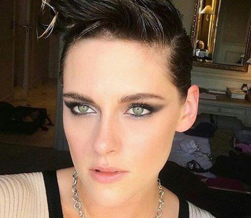 Kristen Stewart: Προκαλεί ξυπόλητη και νυσταγμένη στο κόκκινο χαλί των Καννών [photos]
