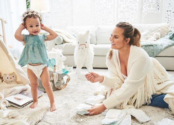 <p>H Chrisy Teigen και η κόρη της Luna</p>