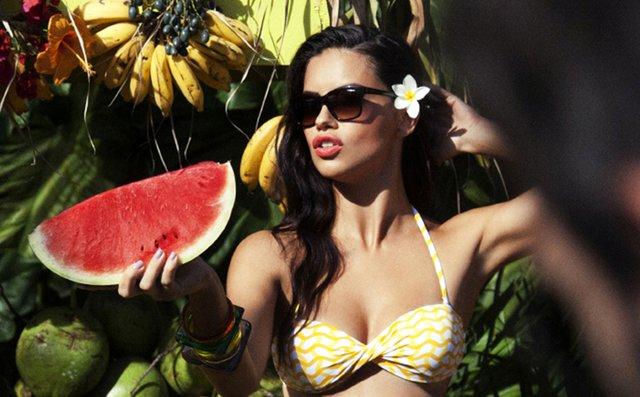 Adriana Lima: Εμφανίστηκε στις Κάννες με το make up look του καλοκαιριού