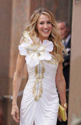 Απομυθοποίηση! Κι όμως, το θρυλικό λευκό φόρεμα της Carrie Bradshaw το είχε φορέσει πρώτη η… Whitney Houston