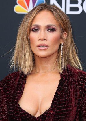 Jennifer Lopez: Με  άγριο . ημίγυμνο και ίσως παλιομοδίτικο look στα Bilboard Awards