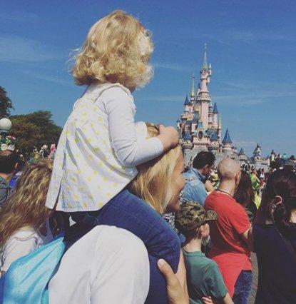Η Βίκυ Καγιά δείχνει το πρόσωπο της κόρης της πρώτη φορά