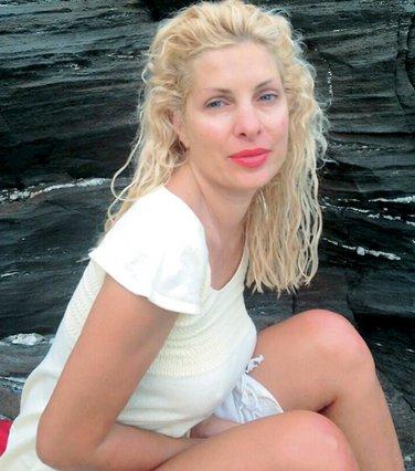 Η Ελένη Μενεγάκη κάνει διακοπές στο  νησί της  και ποστάρει τις κόρες της