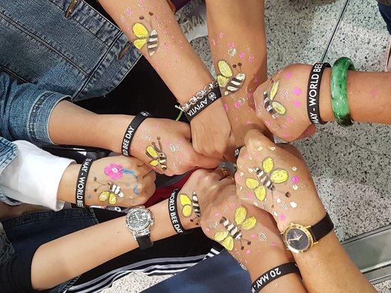 Η APIVITA γιορτάζει για πρώτη φορά στην Ελλάδα την Παγκόσμια Ημέρα της Μέλισσας!