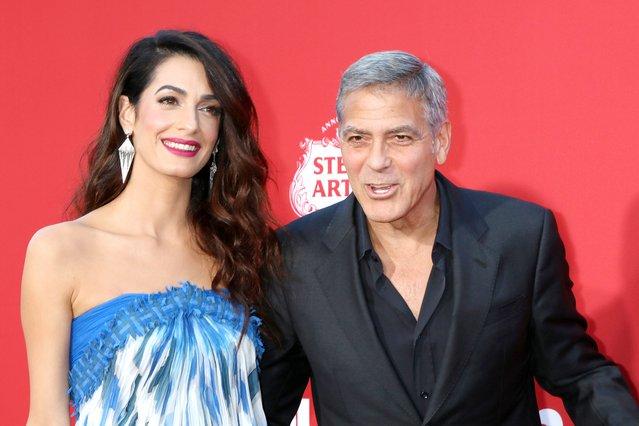 Amal και George Clooney: Πρώτη φορά αγκαλιά με τα παιδιά τους [photos]