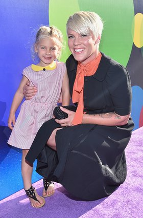 Η κόρη της Pink έβαψε τα μαλλιά της με το πιο απίθανο χρώμα [photos]