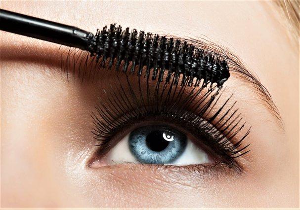 Το τρικ με τη mascara που θα χαρίσει στα μάτια σου γατίσιο βλέμμα χωρίς eyeliner
