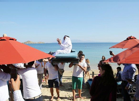 Μύκονος: Σαουδάραβας Κροίσος άλλαξε τη ζωή των σερβιτόρων - Δεν φαντάζεστε τι πουρμπουάρ άφησε!