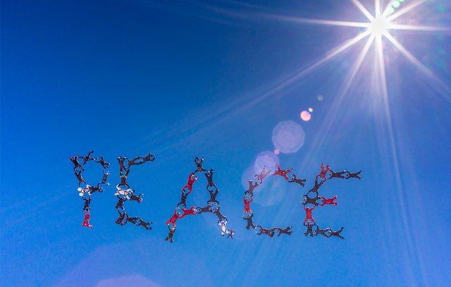 Εντυπωσιακό: 48 skydivers γράφουν το μήνυμά τους στον ουρανό [video]