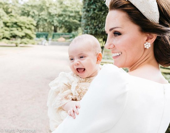 <p>Στη φωτογραφία η δούκισσα του Cambridge με το τρίτο της παιδί, τον πρίγκιπα Louis, τον οποίο γέννησε στα 36 της χρόνια. Για την ιστορία, η Kate, γέννησε τον πρίγκιπα George όταν ήταν 31ός και την π